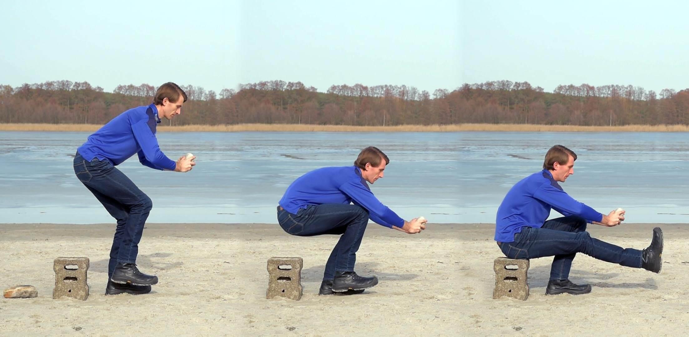 Einbeinige Kniebeuge am Strand gegen Knieschmerzen